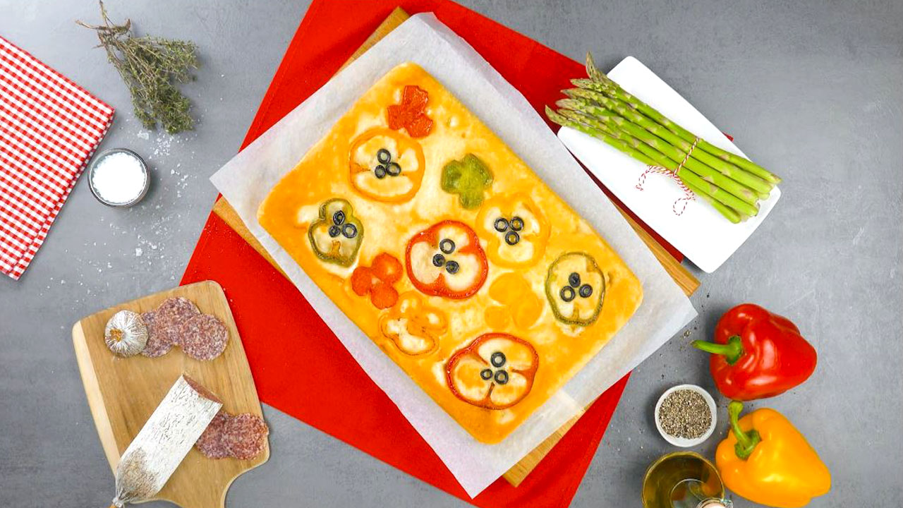 Pão com pimentões coloridos e azeite