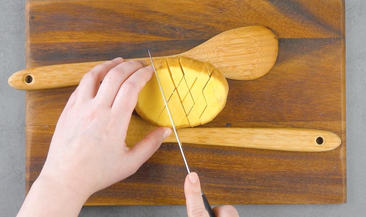 corte a batata em um padrão gradeado