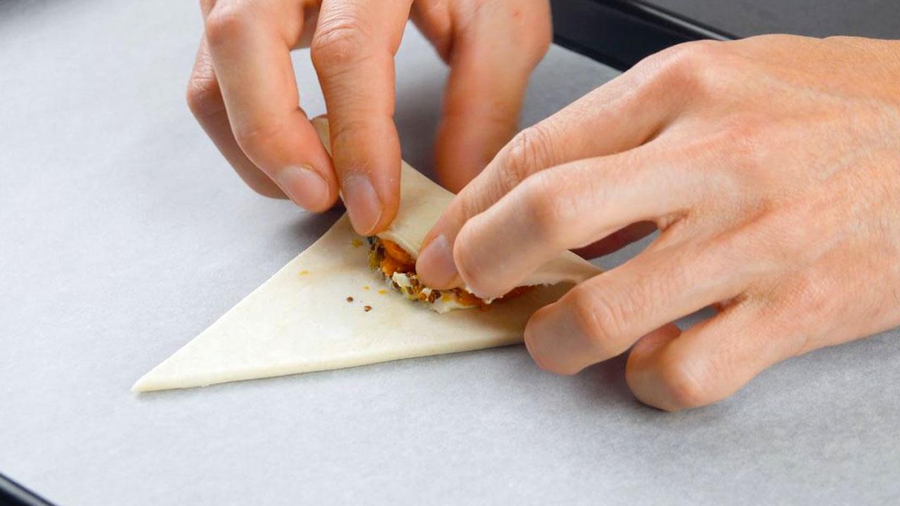 enrole as porções em pequenos croissants
