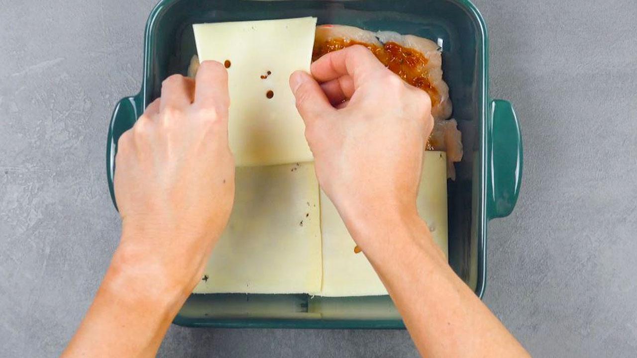 Cubra com as fatias de queijo