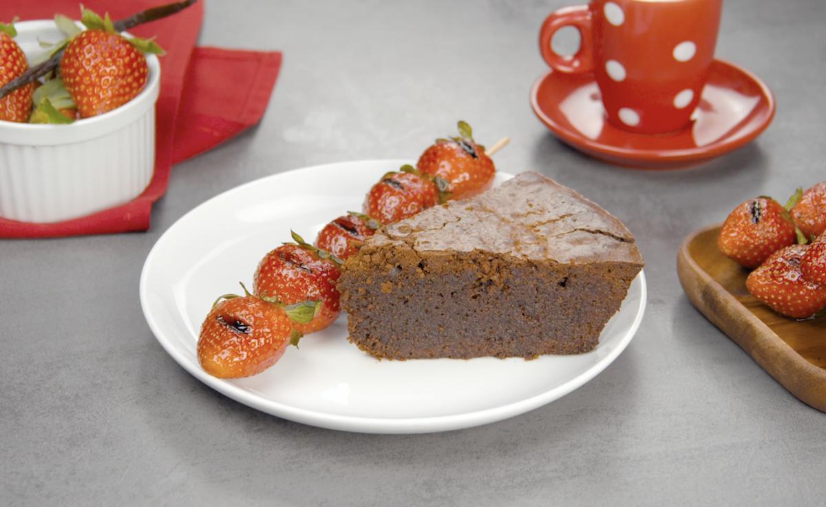 bolo de chocolate co espetos de morango