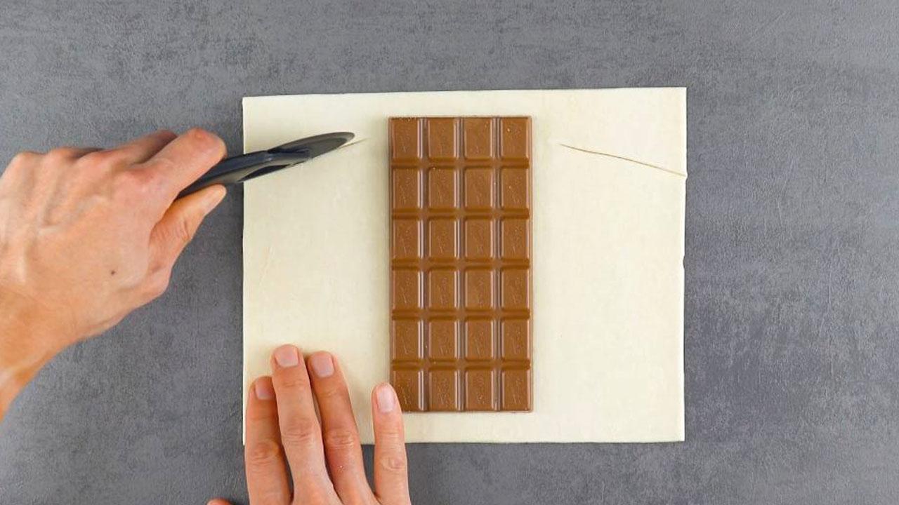 recheie e corte a massa com chocolate