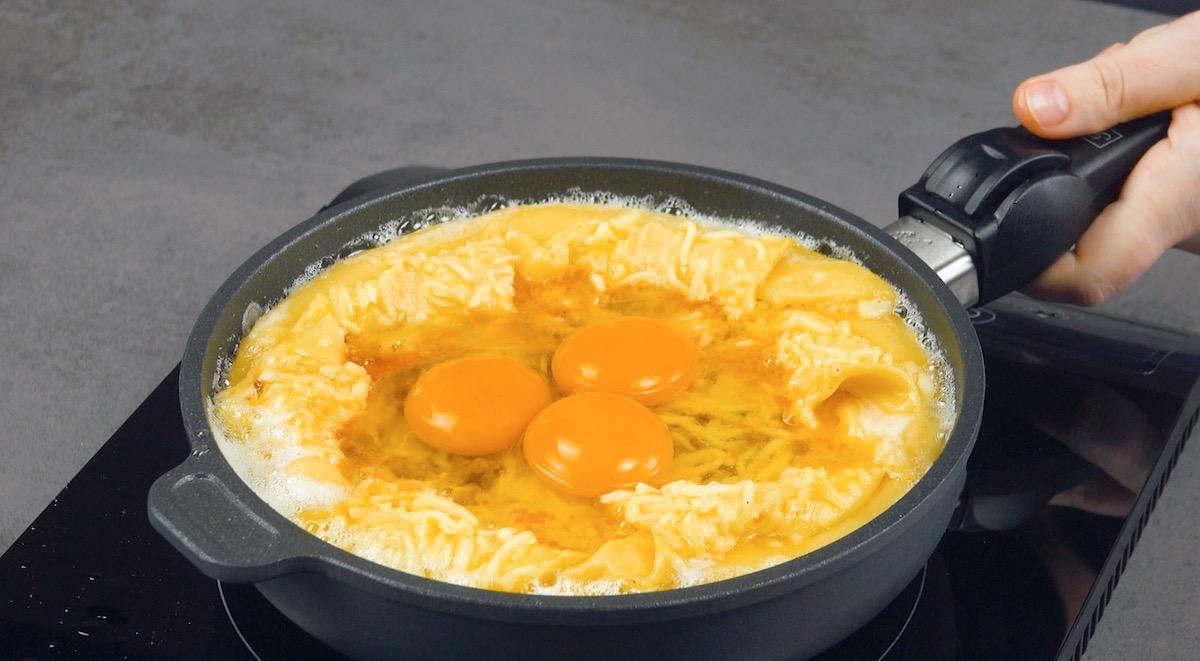 adicione ovos à massa