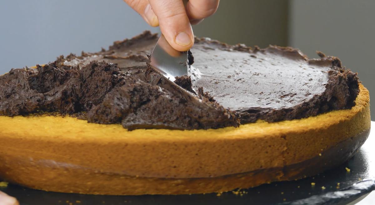 espalhe o creme de chocolate no bolo