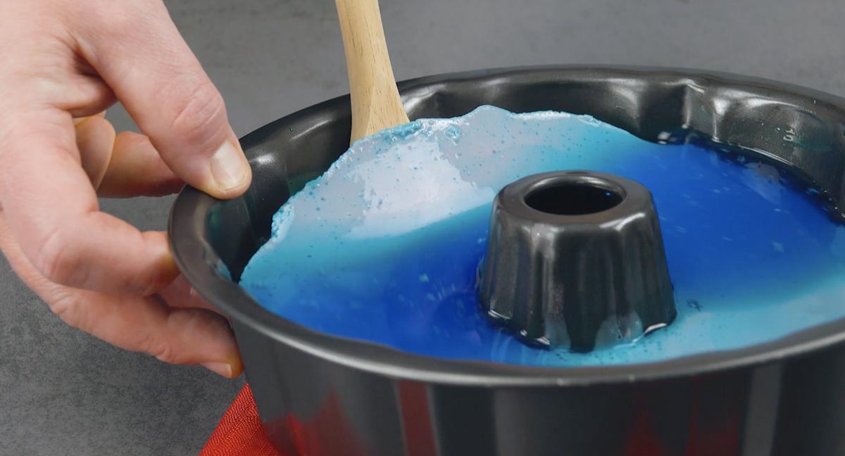 despeje a gelatina azul sobre a vermelha