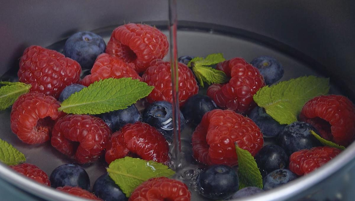 cubra as frutas com gelatina