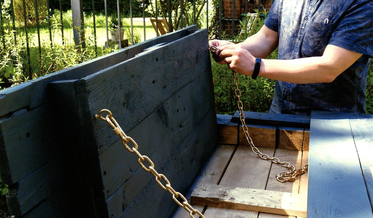 prenda a aba do balcão com correntes