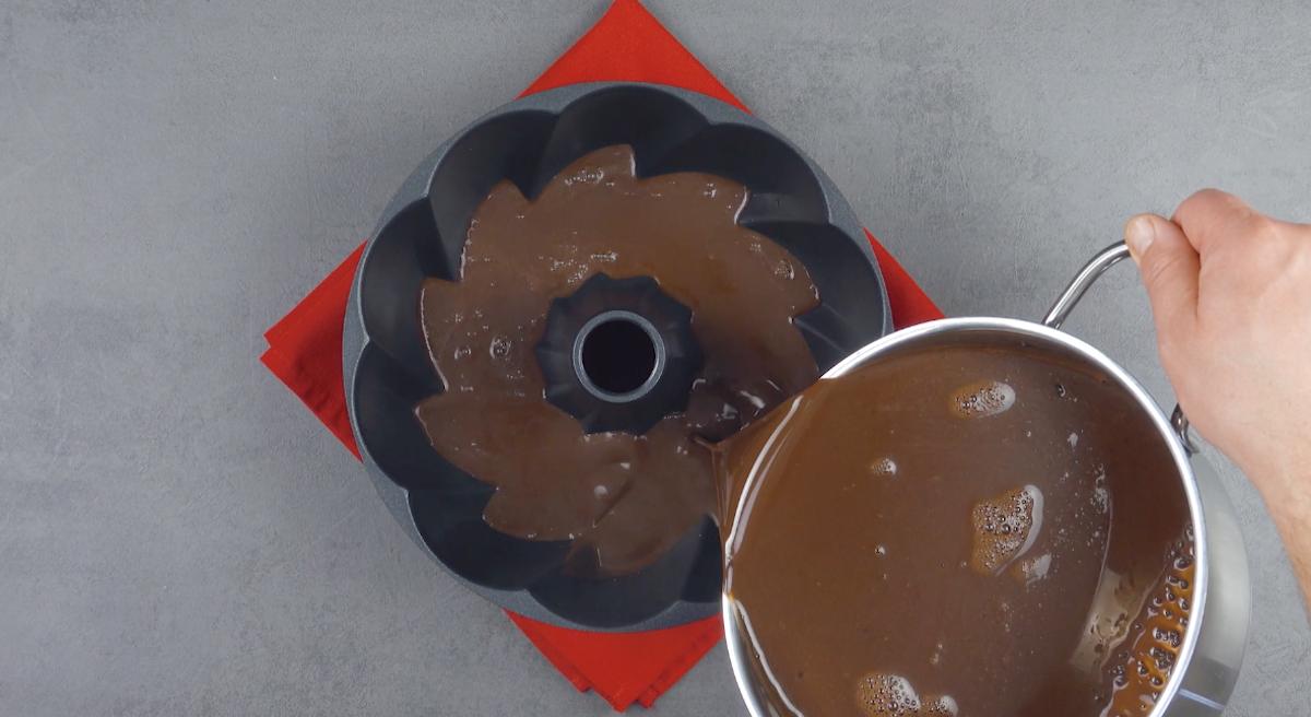 despeje a gelatina de chocolate na forma