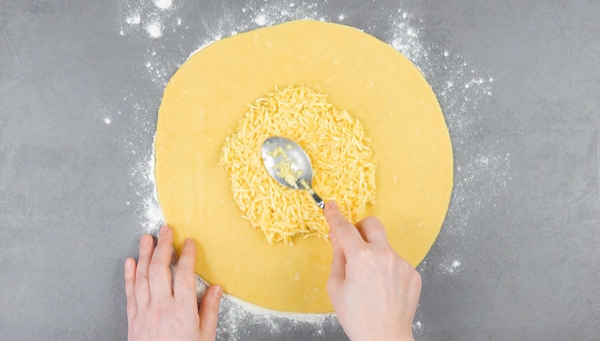 abra a massa e espalhe a mistura de muçarela e ovo