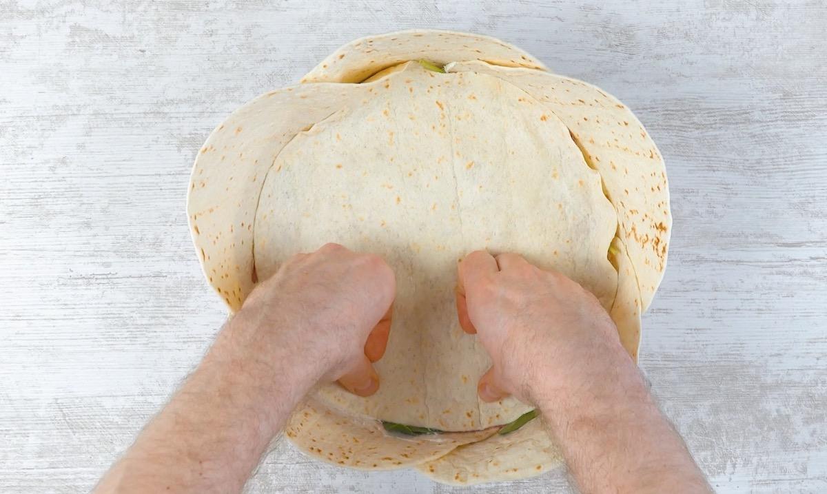 cubra o recheio com uma tortilha