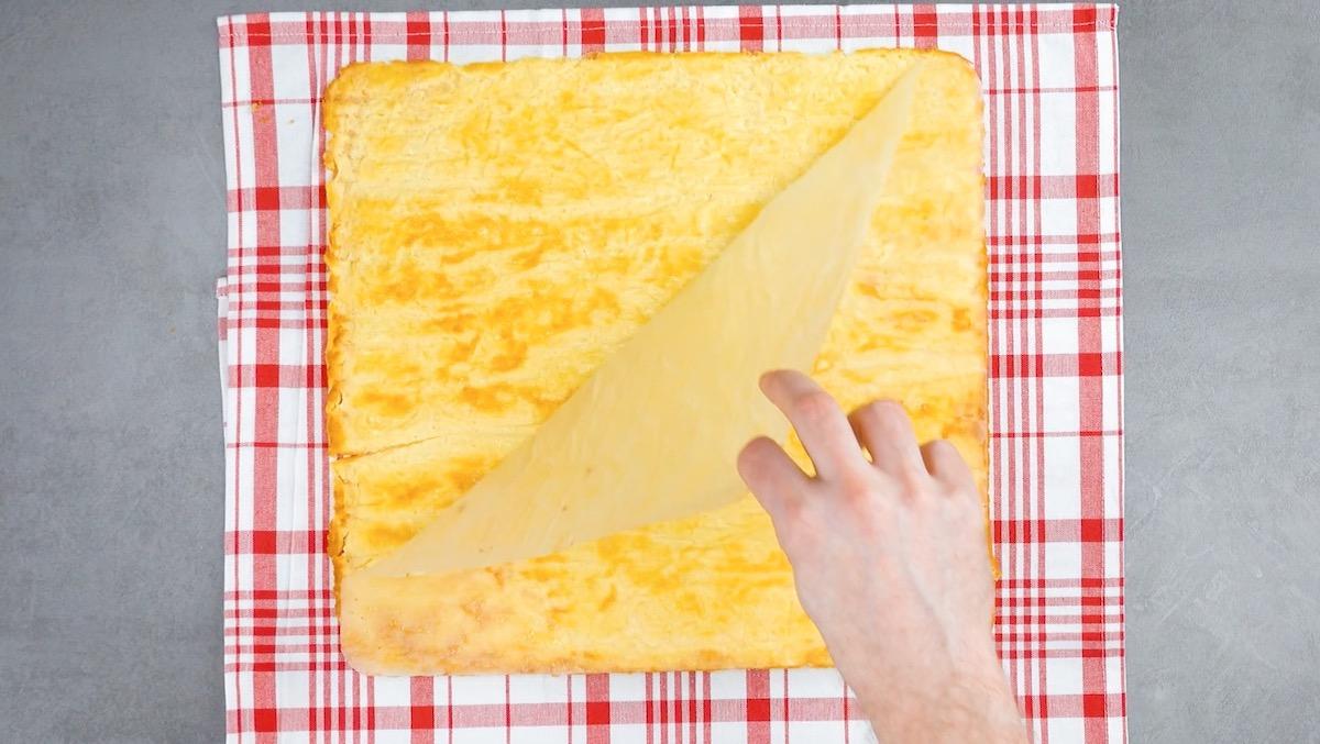 desenforme a omelete e retire o papel manteiga