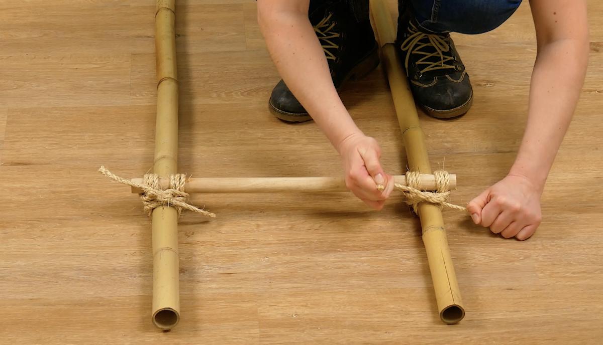amarre as varas de madeira nas de bambu