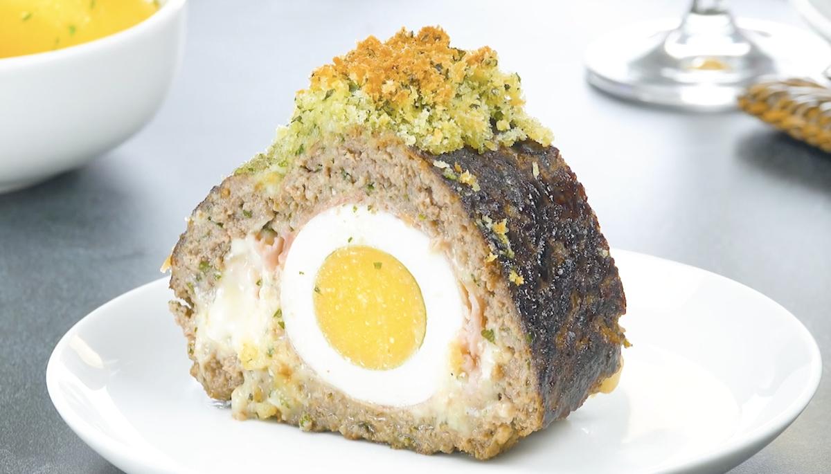 Bolo de carne com ovo, presunto e queijo