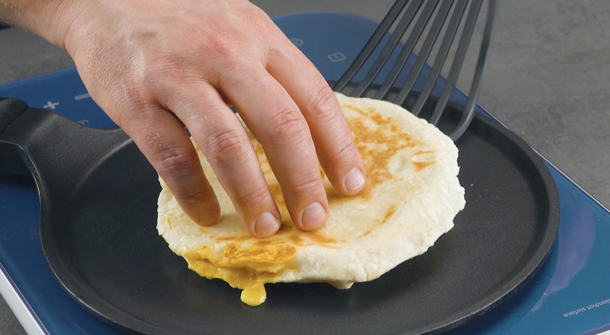 recheie o pão com ovo