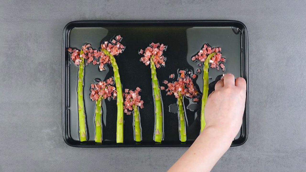 aspargos e bacon em tabuleiro untado