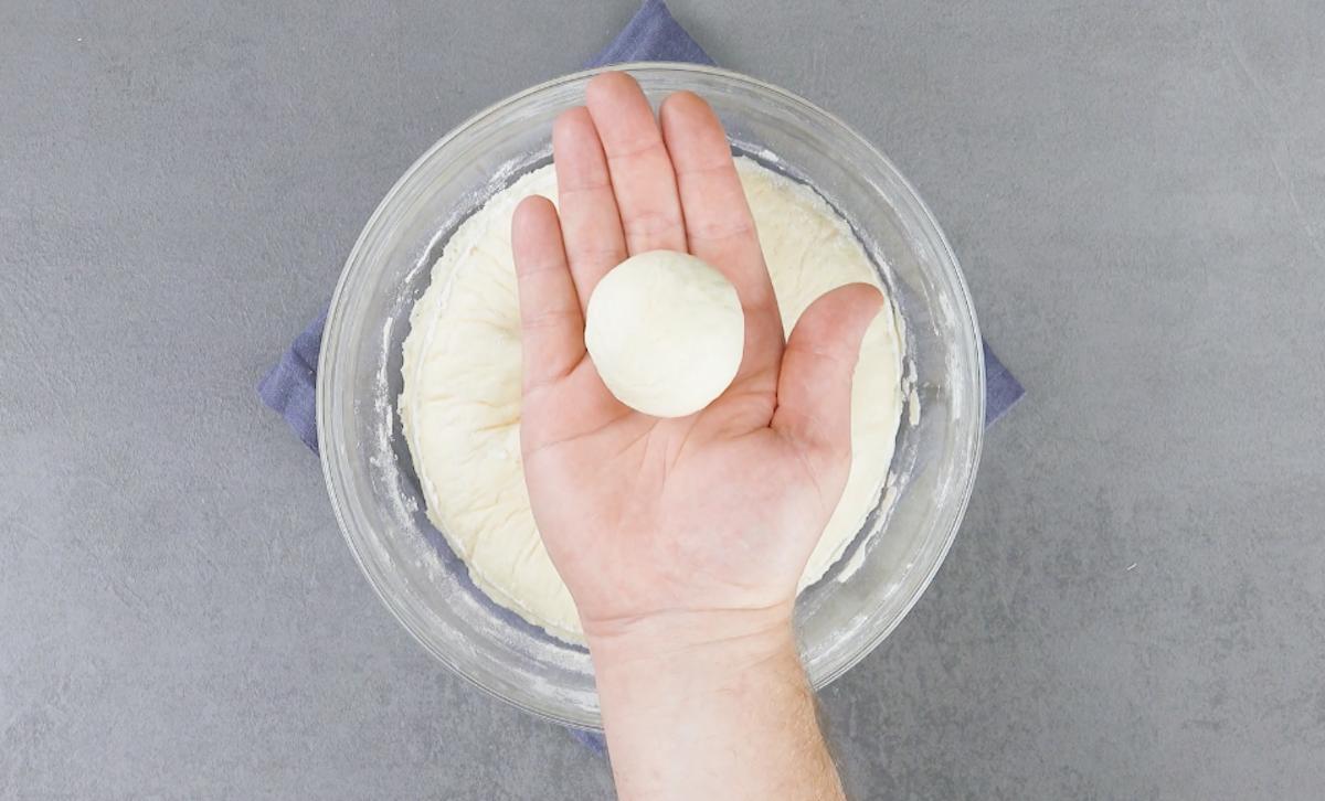 Molde a massa em nove bolas