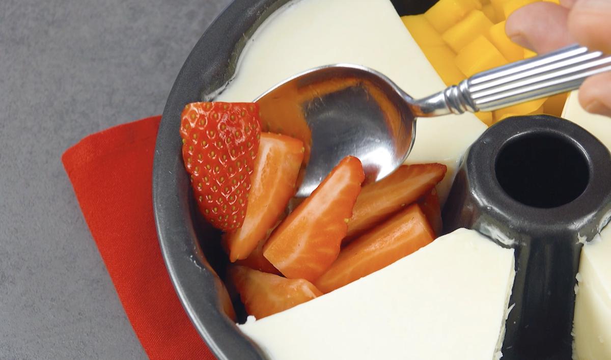 Preencha os buracos da forma com frutas