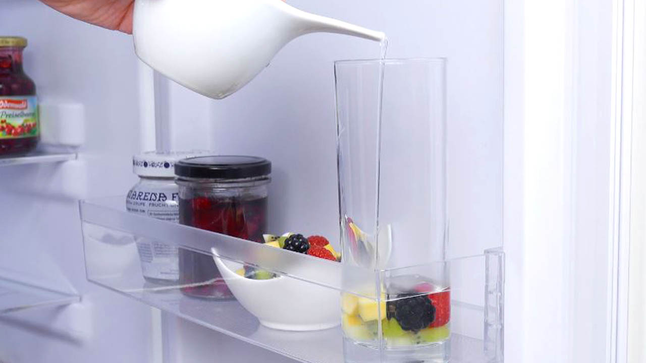 despeje a gelatina sobre as frutas