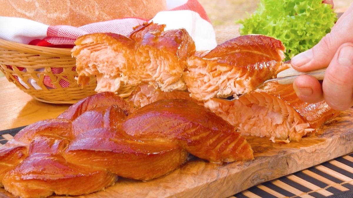 corte o salmão grelhado