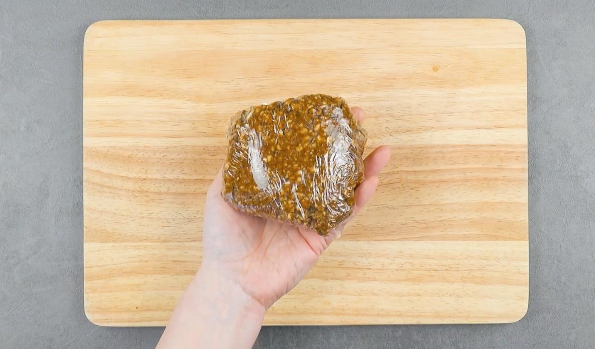 mistura de amêndoas, açúcar mascavo, clara e mel