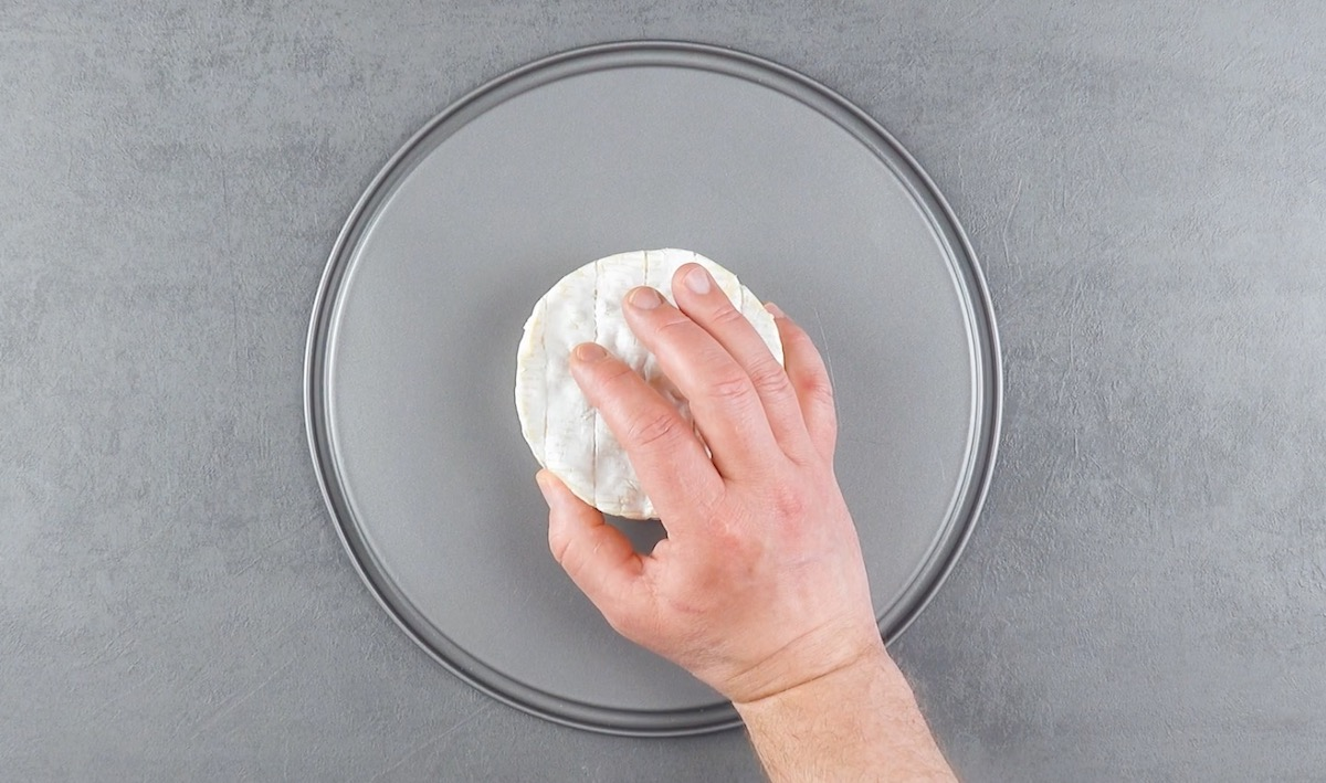 Coloque os camemberts no centro de uma forma articulada