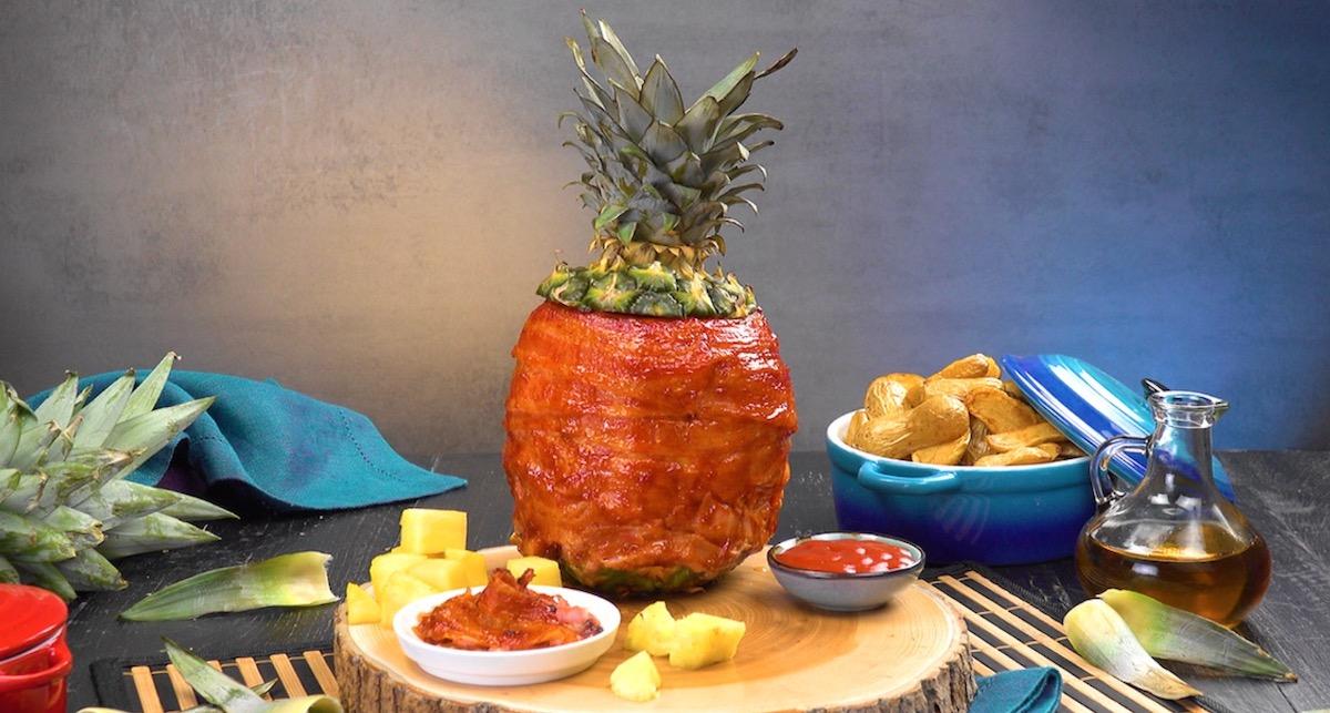Abacaxi assado e recheado com frango marinado e envolto em bacon