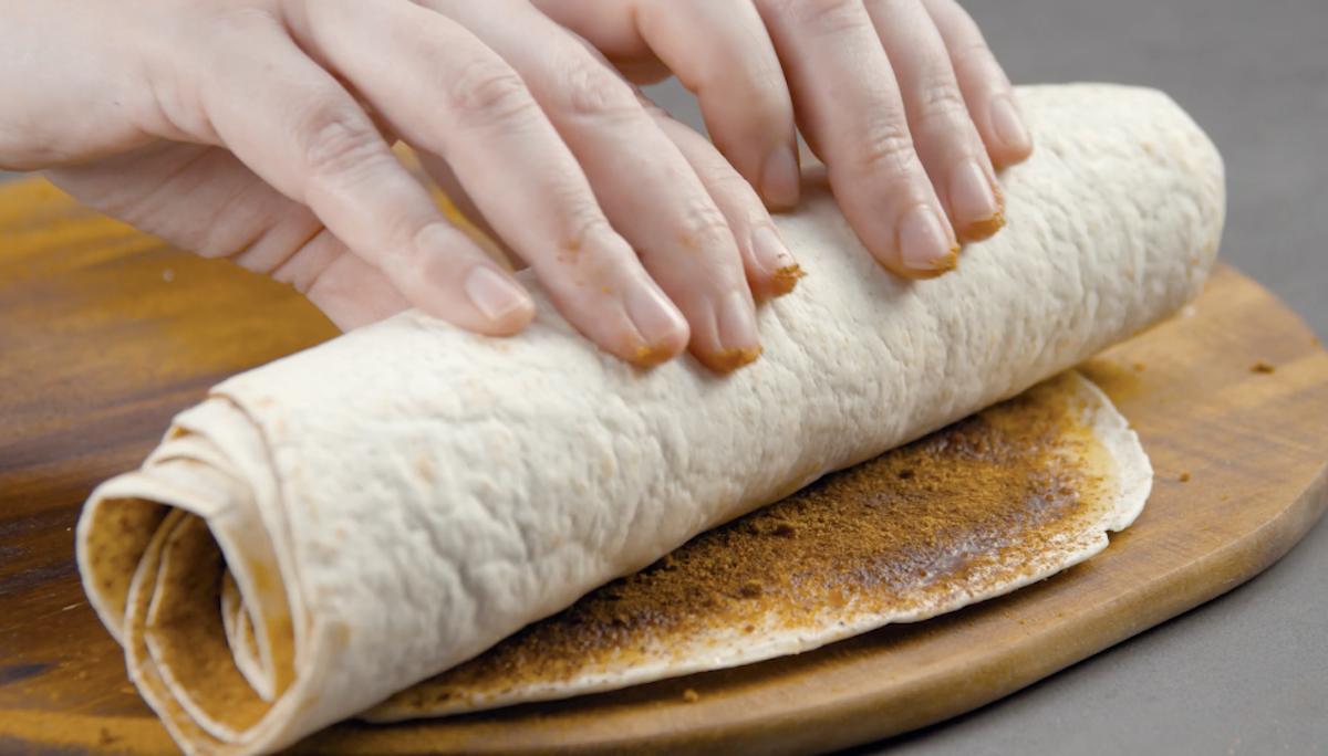 Enrole as tortillas e corte-as em rodelas