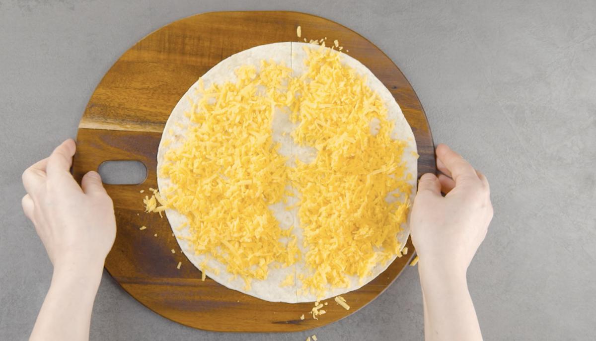 polvilhe a tortilla com cheddar