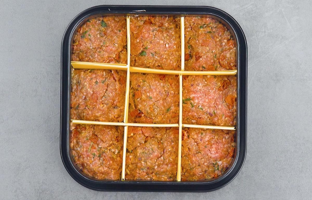 faça quadrados na carne com massa de lasanha recheada com queijo