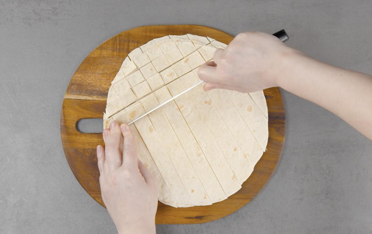 Empilhe as tortillas e corte-as
