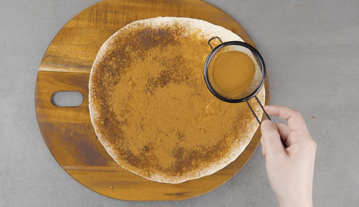 cubra a tortilla com açúcar e canela