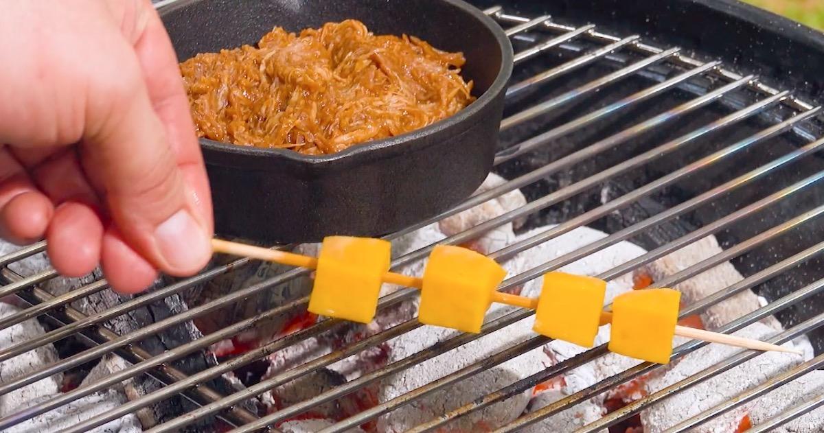 grelhe a manga e aqueça o frango