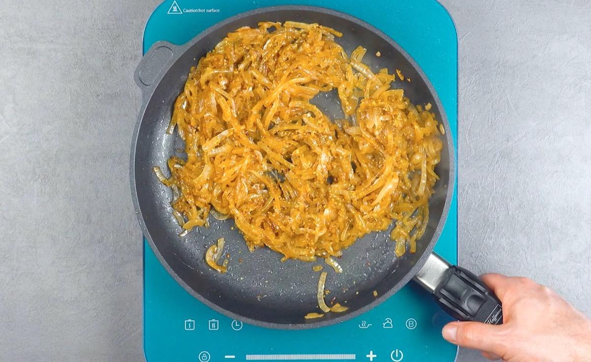 frite a cebola com açúcar e mostarda