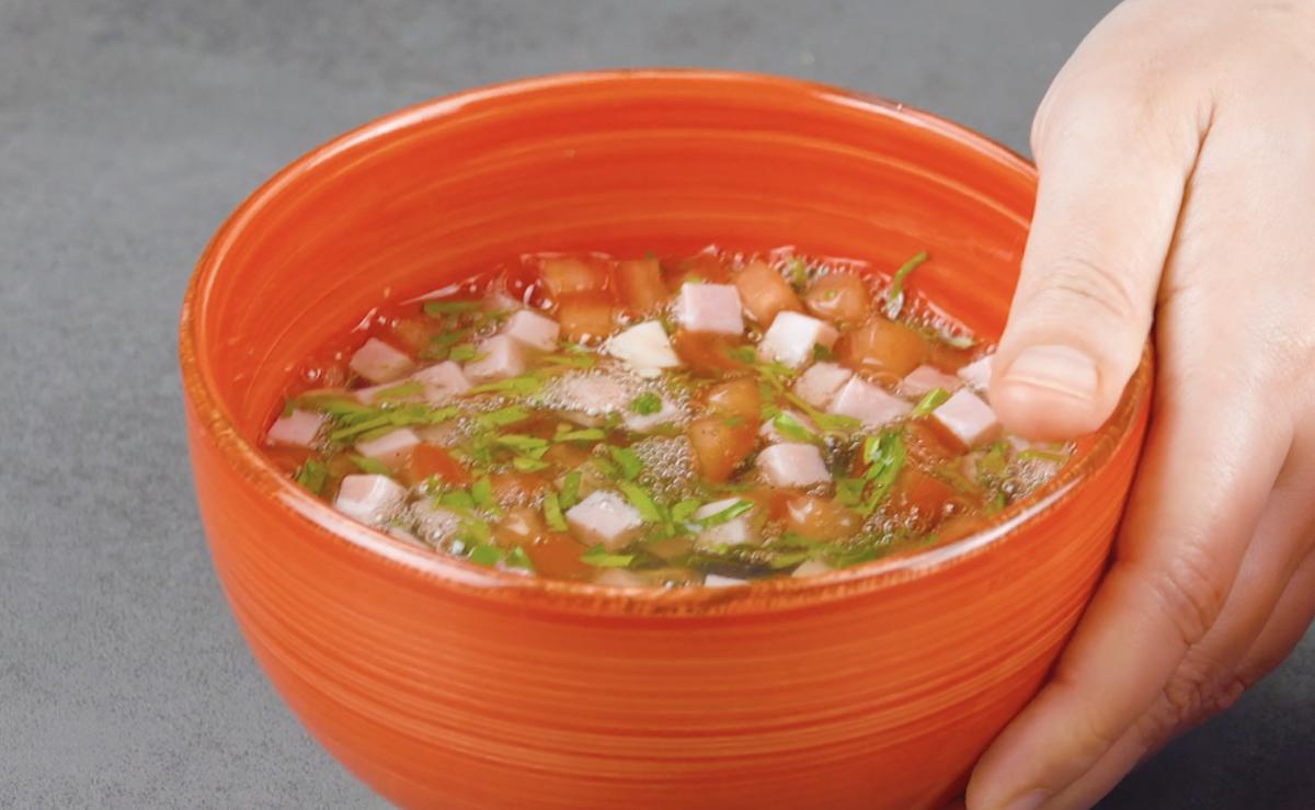 misture as claras com presunto, tomate e temperos