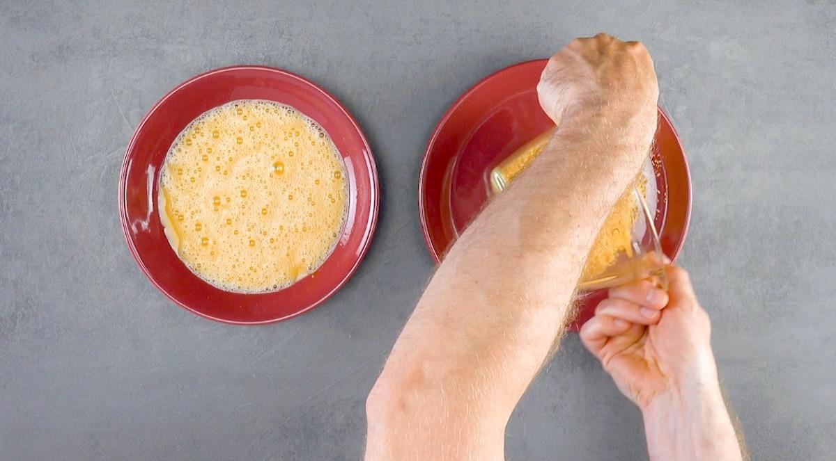 misture as cascas de pão torradas com ovo