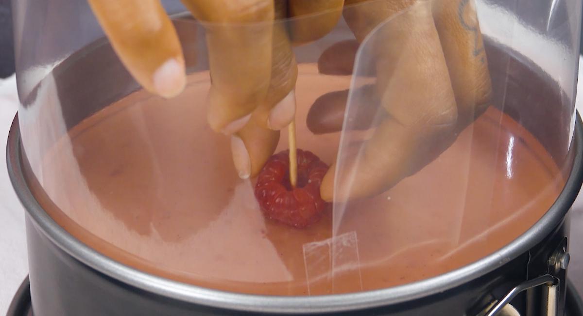 Coloque uma framboesa no centro da torta