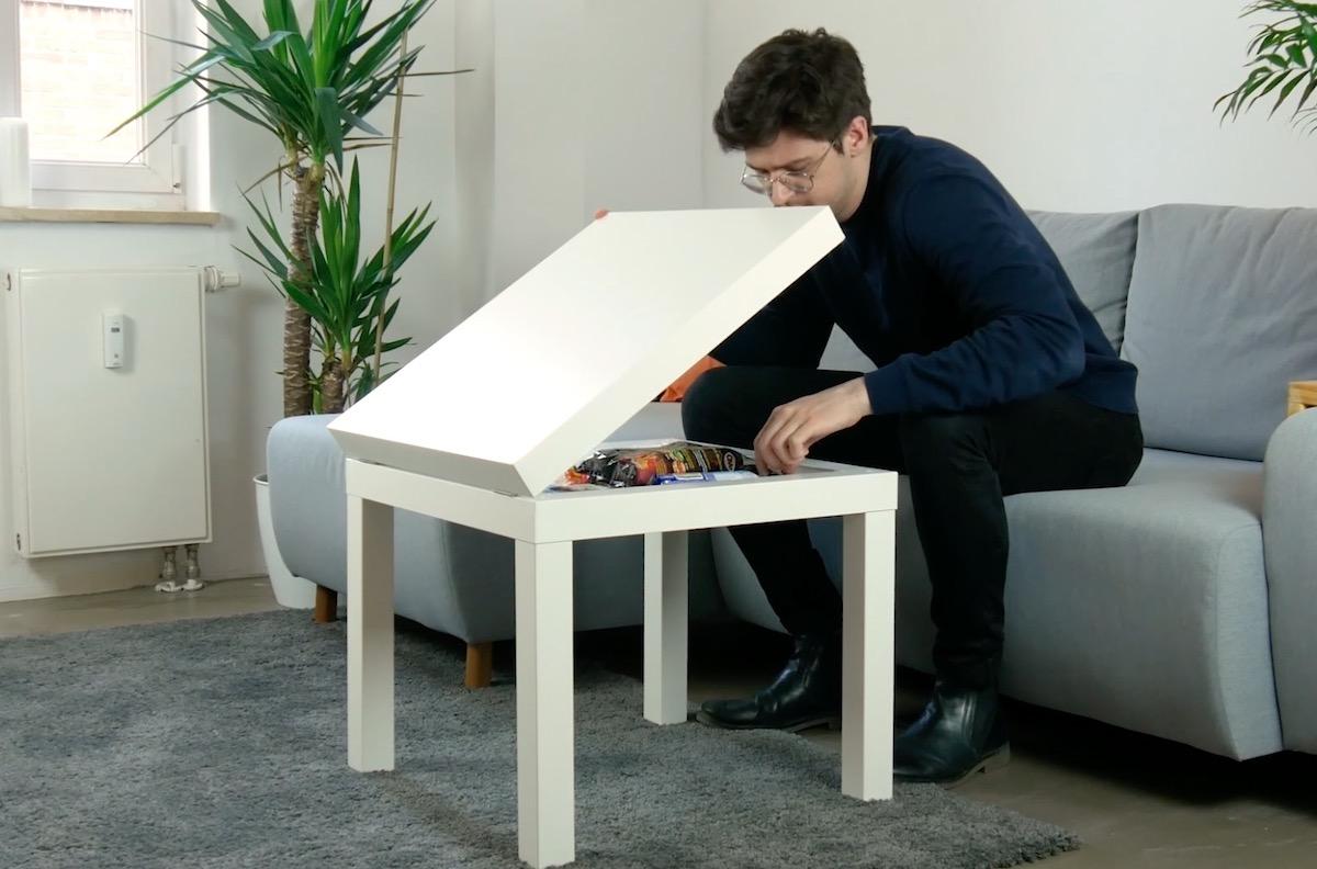 Mesa com compartimento interno