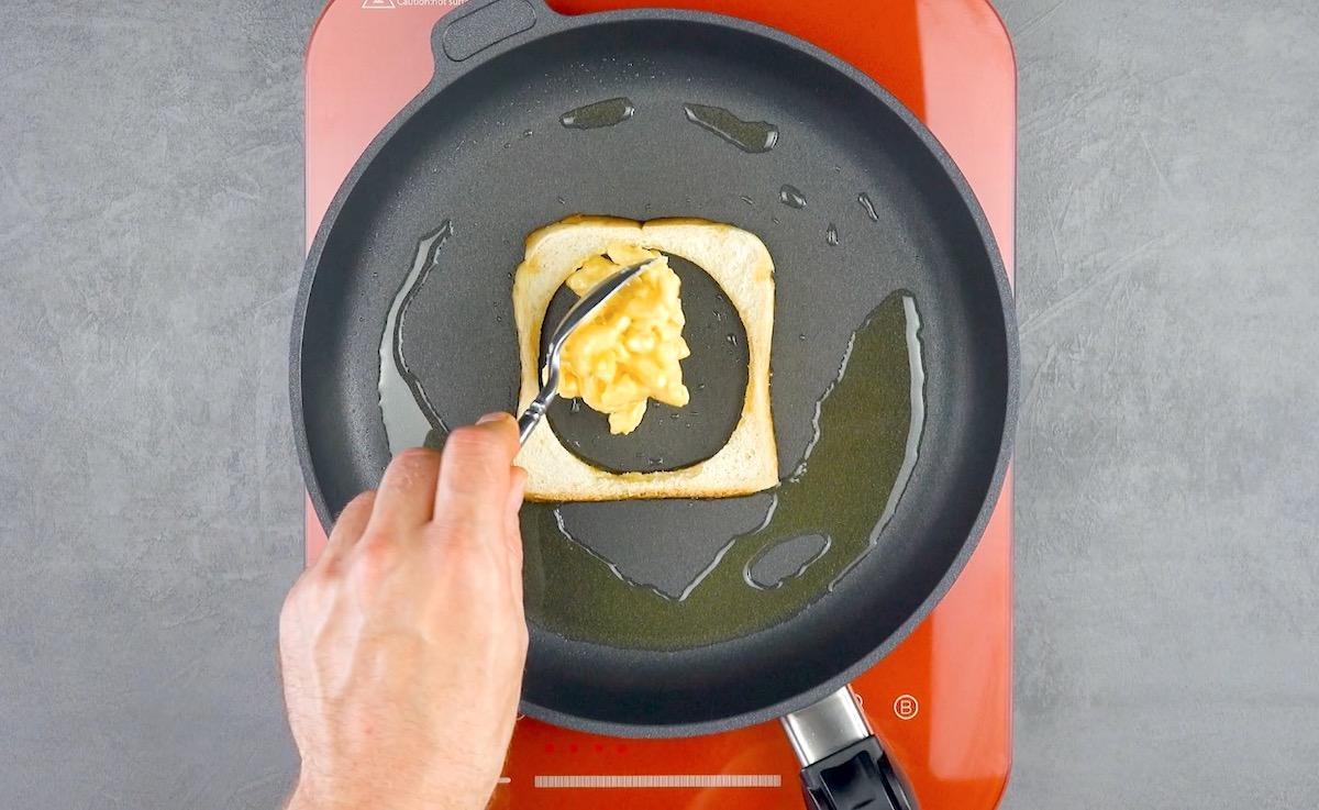 recheie o pão com macarrão com queijo
