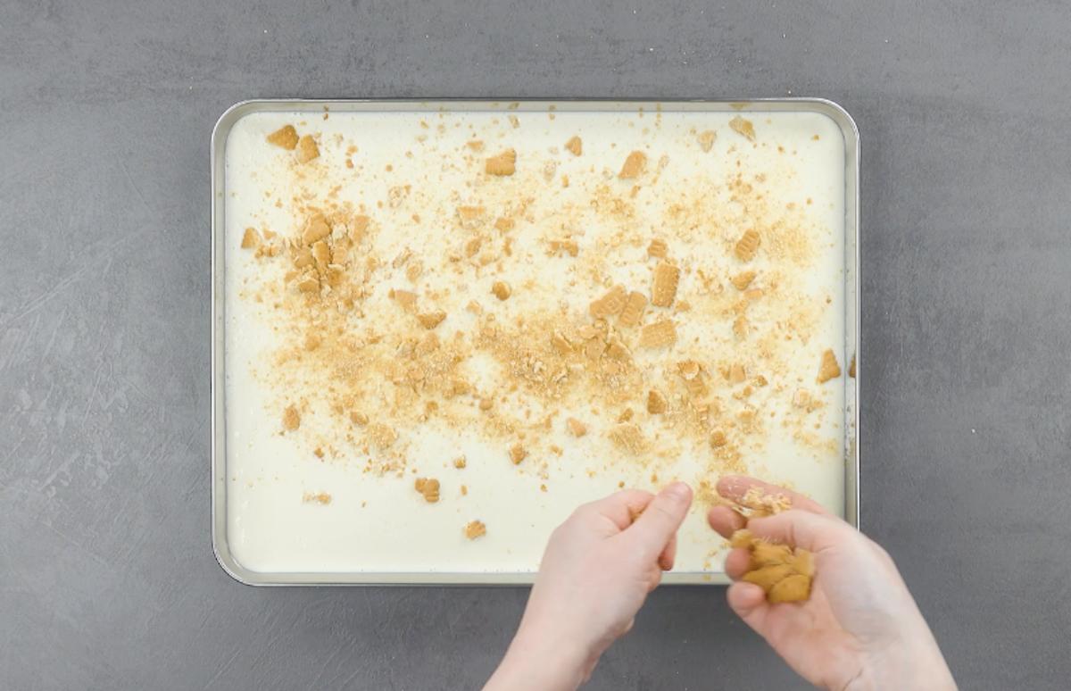 prepare e congele o sorvete de limão com biscoito