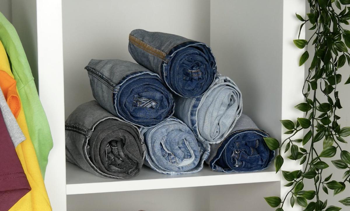empilhe os jeans enrolados