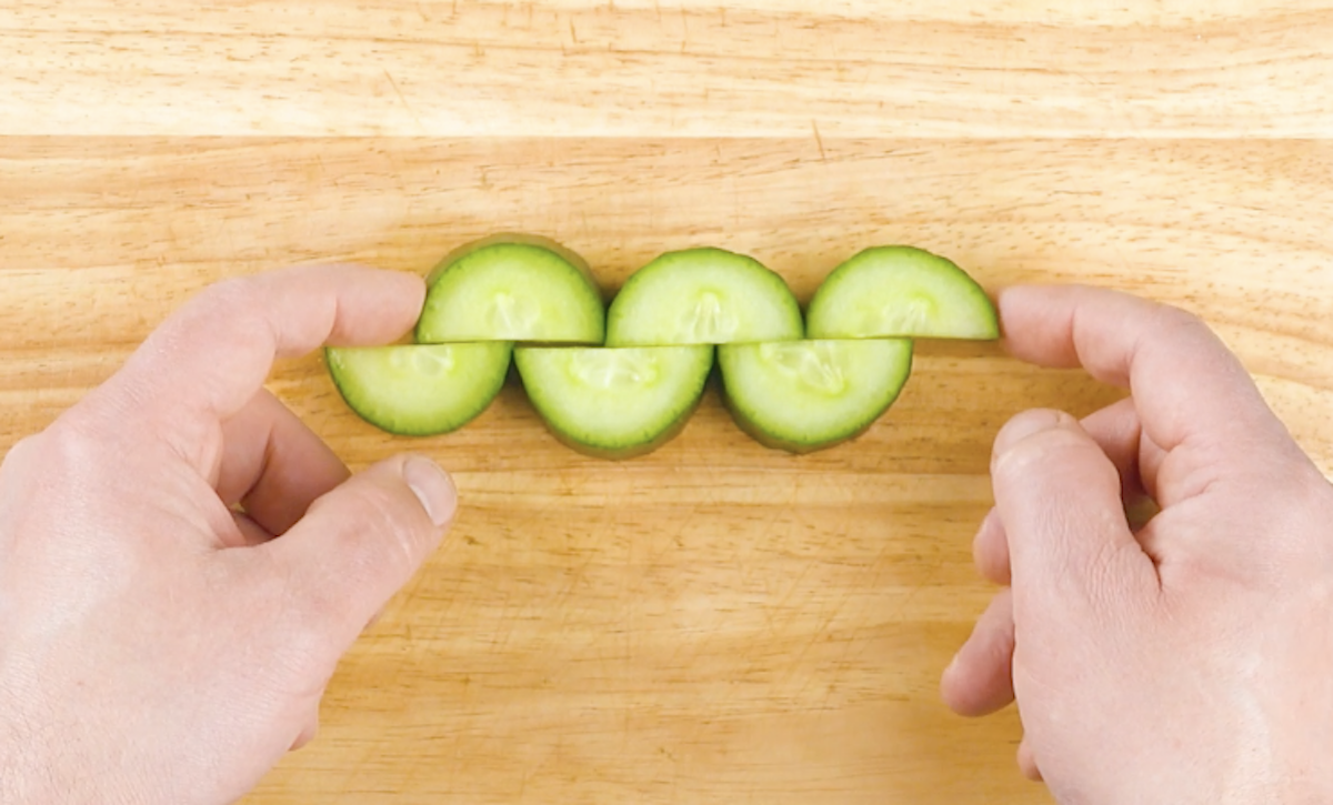 couper les tranches de concombre