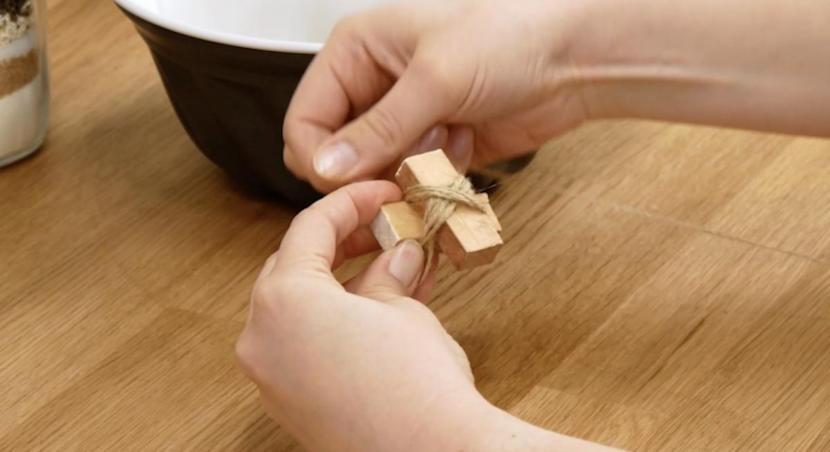 faça uma pequena cruz com madeira e corda