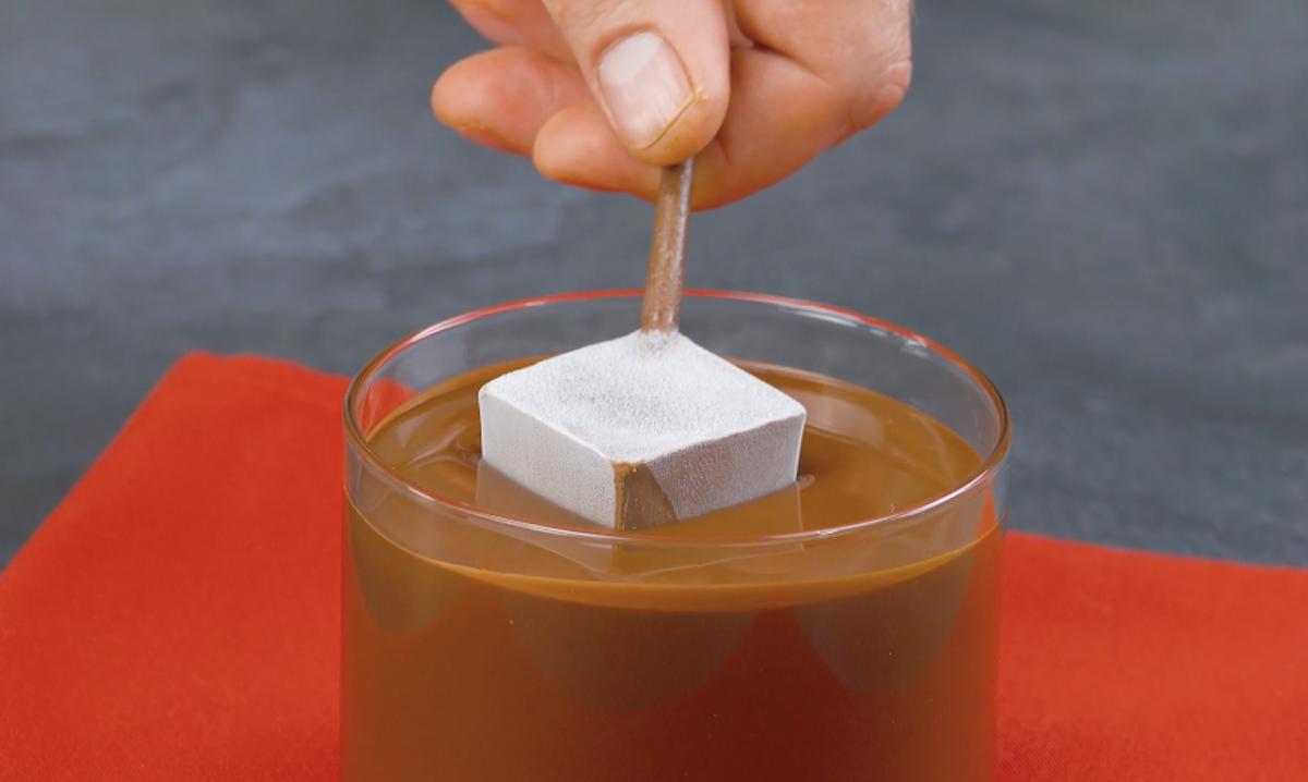 Mergulhe os cubos de chocolate no chocolate quente