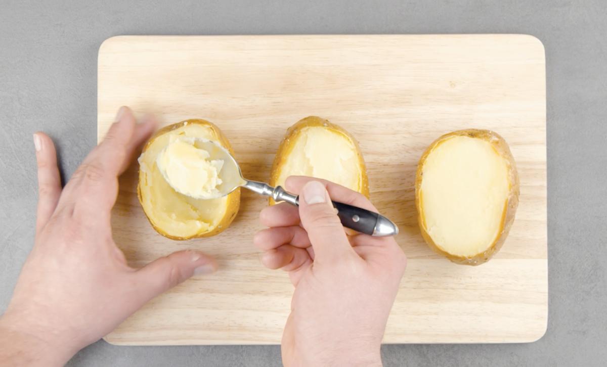 esvazie as batatas cozidas
