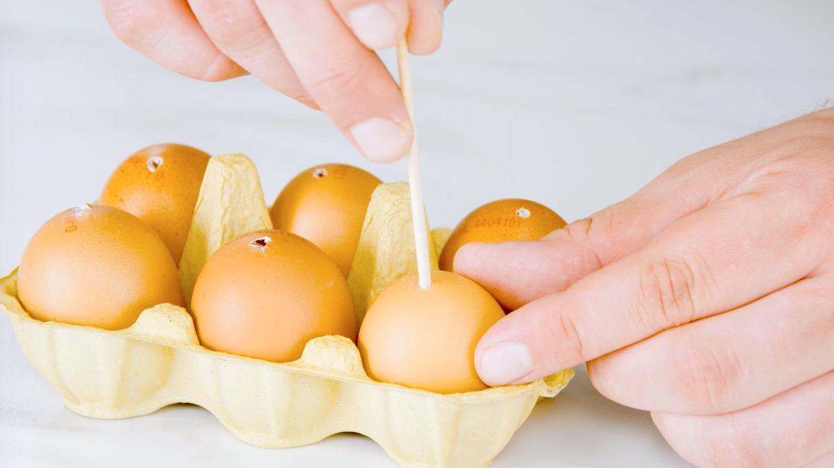 congele os ovos com um espeto dentro