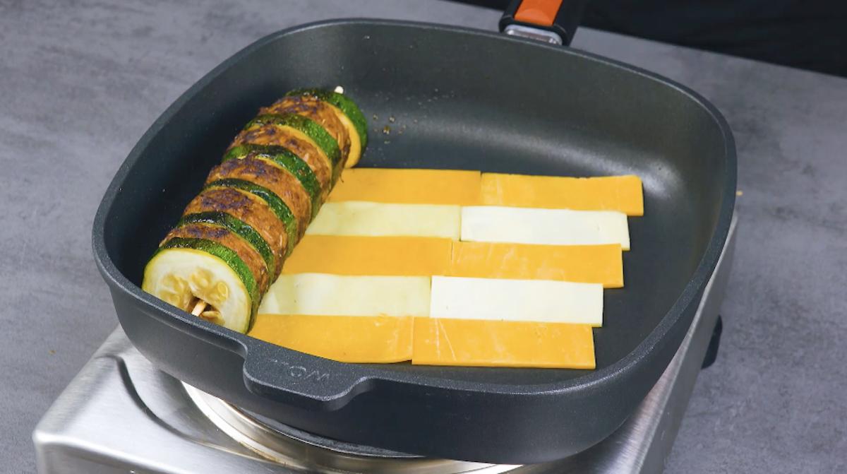 adicione o espeto e os queijos à frigideira