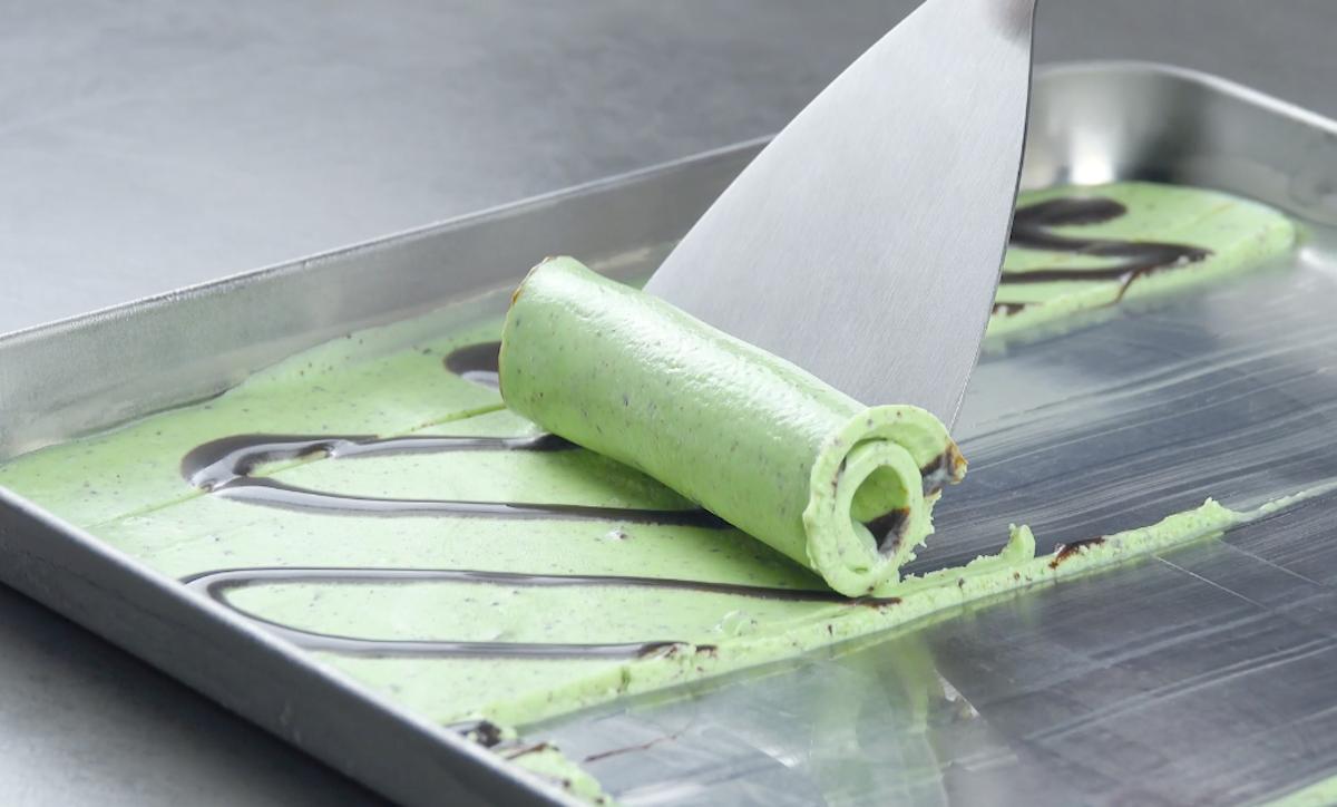 Enrole a massa do sorvete com uma espátula.