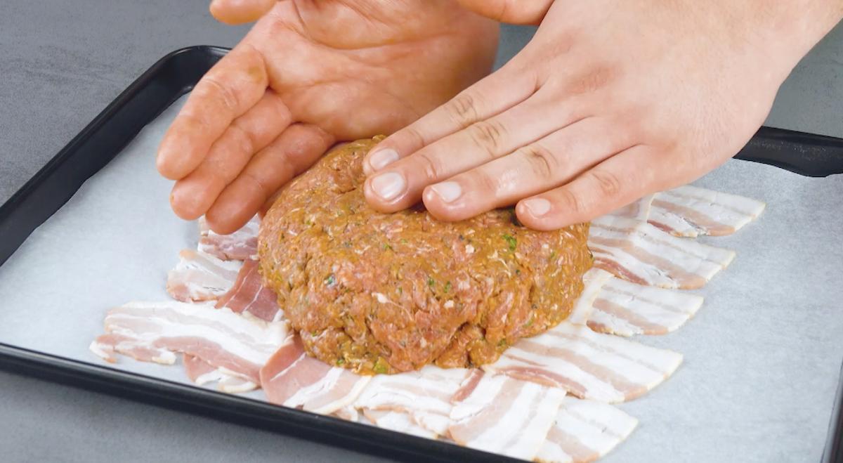 coloque o hambúrguer sobre o bacon, adicione cheddar e cubra com outro hambúrguer