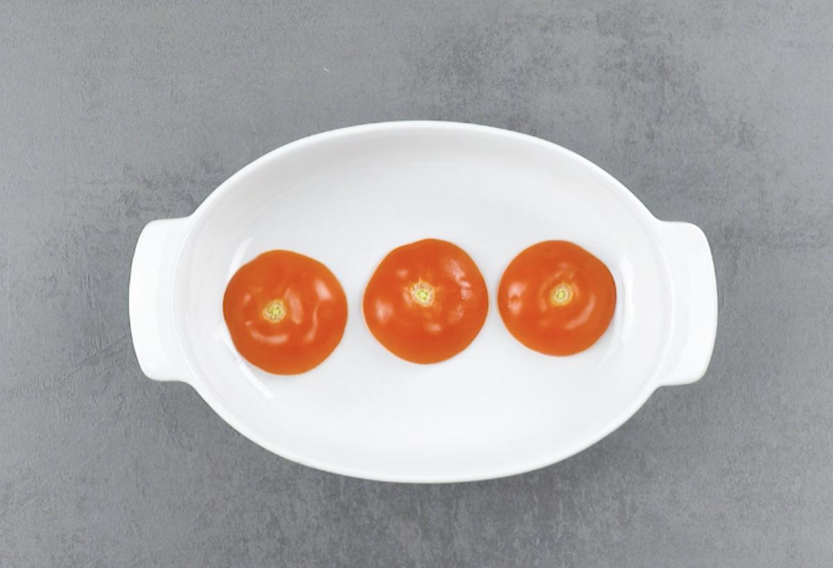 coloque os tomates em uma assadeira