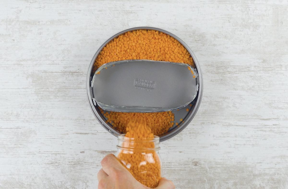 preencha parte da forma com grãos